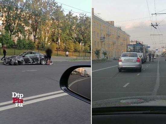 Водитель Шкоды не заметил камуфляжный Инфинити, оба врезались в троллейбус