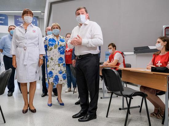 Бочаров проверил работу самого крупного прививочного центра в Волгограде
