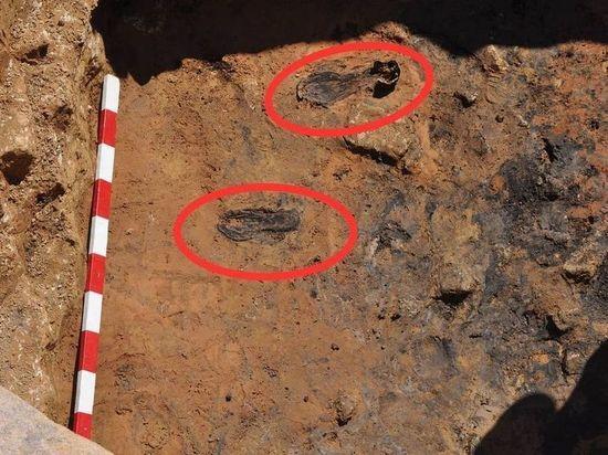 Фрагменты старинной обуви откопали археологи в Пскове