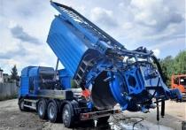 Негромко гудит большая синяя машина, выбивая струями воды условный засор из коллектора