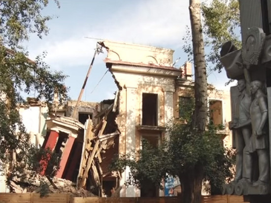 В Рубцовске снесли знаменитый дом «Под шпилем»