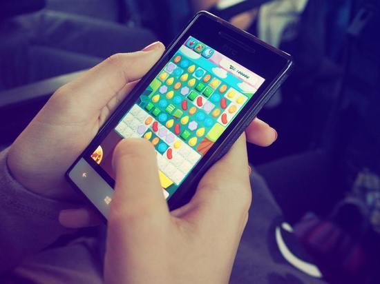 Ученые объяснили, почему не стоит от скуки играть в игры на телефоне