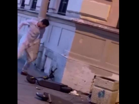 Петербуржец решил выместить зло и избил лежащий на тротуаре электросамокат