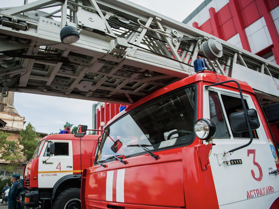 В Астрахани огонь охватил жилой дом