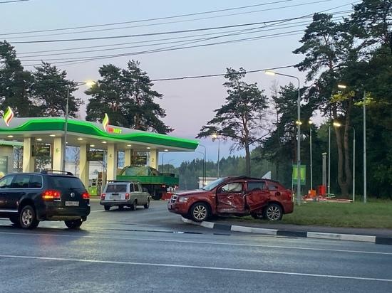 Около заправки в Твери иномарка столкнулась с автобусом