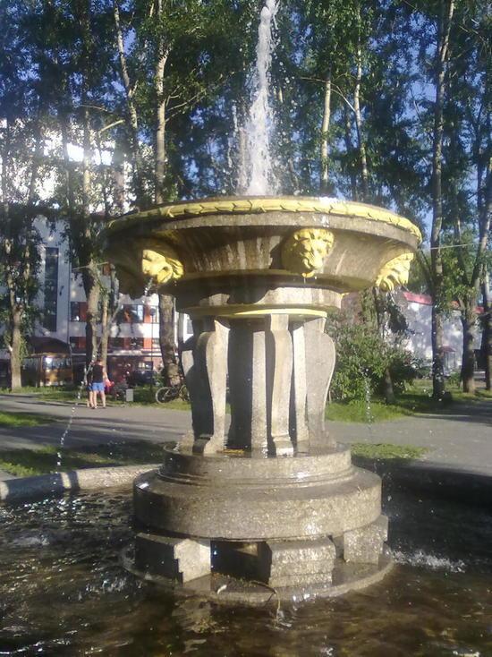 Поскольку толковых фонтанов в городе принципиально не ставят, фонтанчик за зданием драмтеатра можно смело считать единственным, обладающим какой-никакой художественной ценностью.