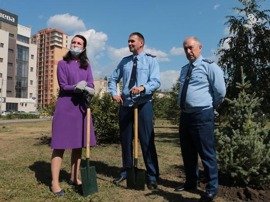 Мэр Омска и заместитель генпрокурора России посадили деревья в сквере Алексея Казанника