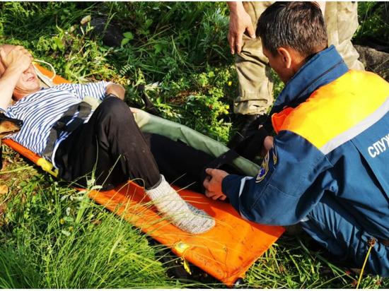 В Якутии рыбак просидел на берегу реки 15 часов из-за сломанной ноги