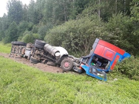 На М-9 в Тверской области мужчина разбил фуру из-за разрыва колеса