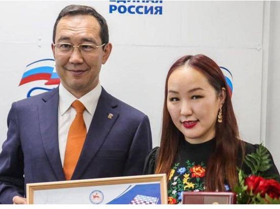 Глава Якутии Айсен Николаев вручил полмиллиона рублей чемпионке мира по шашкам