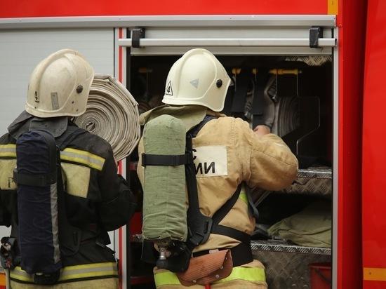 На западе Волгограда в горящем гараже пострадал человек