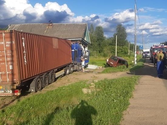 Водитель фуры потерял сознание и протаранил дом с людьми под Великим Новгородом