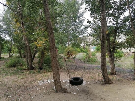 В одном из дворов Кувандыка дети пользуются опасными качелями