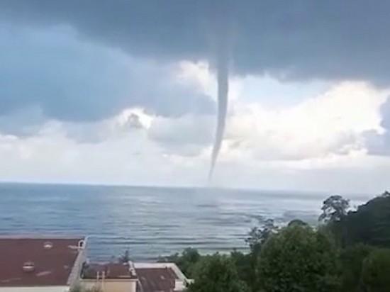 В Сочи на видео попал мощный смерч над морем