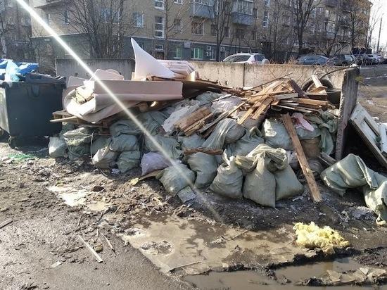 Фирму в Петрозаводске оштрафовали за выброшенный к контейнерам строительный мусор