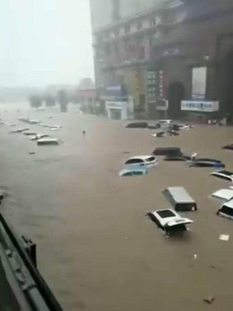 Наводнение в Китае привело к прорыву дамбы: кадры утонувших районов