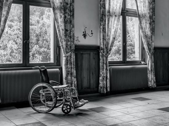 В Десногорске женщина забрала у пожилой неходящей женщины ее кресло-коляску, чтобы продать