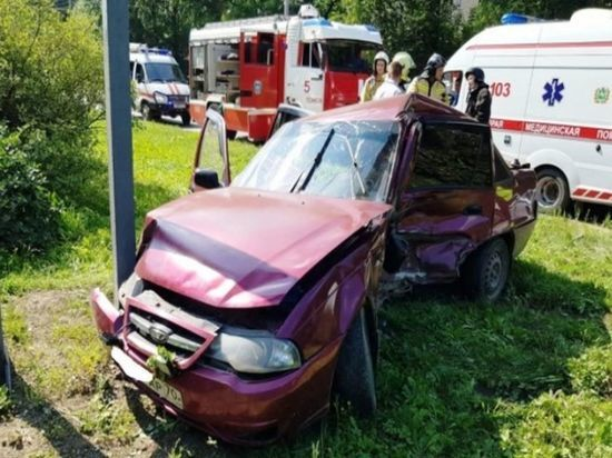 Водитель Daewoo погиб в Томске после столкновения с Toyota и столбом