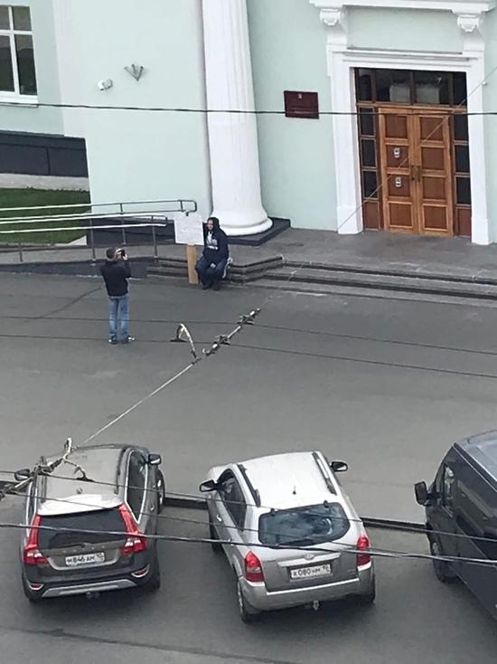 В Петрозаводске прошёл одиночный пикет у здания правительства