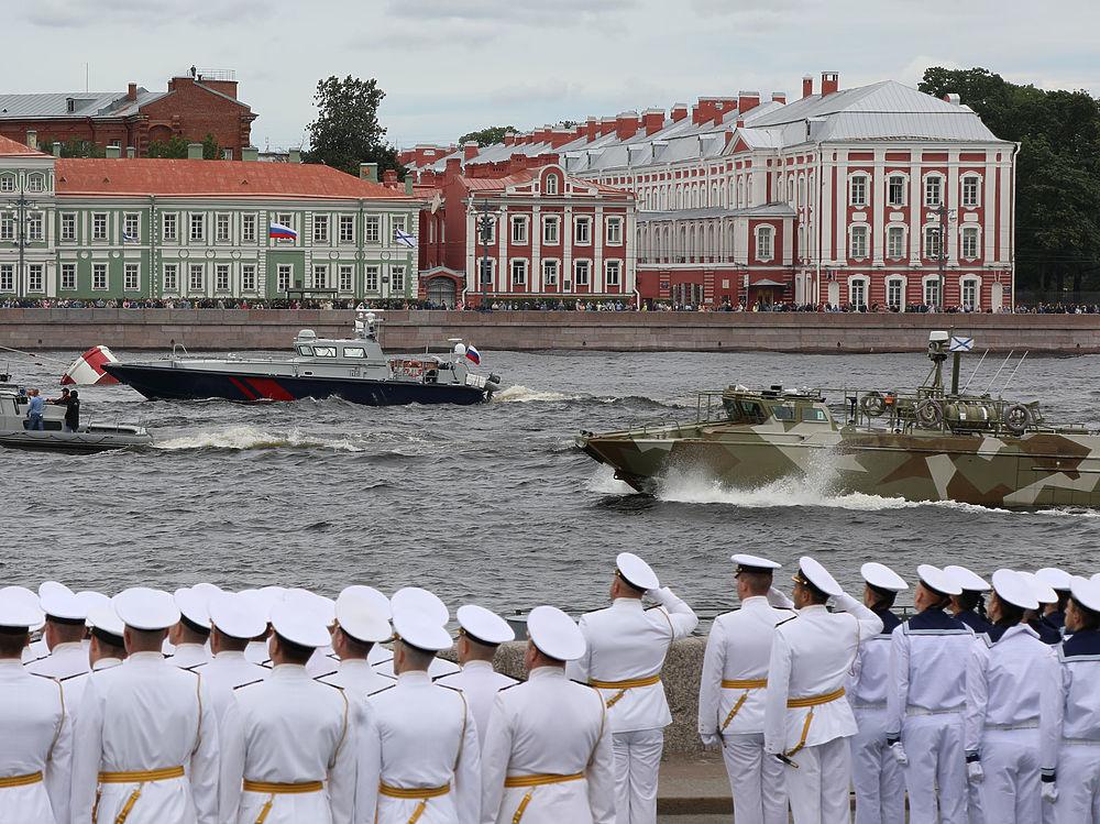 Нева вскипела кораблями: появились кадры репетиции военно-морского парада