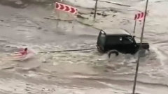 "Экстремалы устроили катание на ""ватрушке"" по лужам: видео из Тамбова"