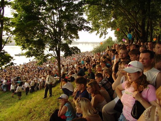 """За последние 20 лет празднование Дня города Пскова заметно изменилось. Во-первых, в 2004 году состоялось последнее форсирование реки Великой. Во-вторых, поменялась ситуация с разбросанным по площадям мусором и большим количеством маргиналов. Ну и, конечно, каждый год удивлял псковичей концертами приглашённых звёзд. В это поистине нелёгкое время, когда о массовых мероприятиях остаётся лишь мечтать, """"МК в Пскове"""" вспомнил о самых ярких и запоминающихся событиях, произошедших в Дни города."""