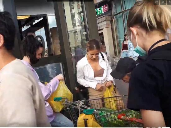 Петербуржцы обокрали лавку с арбузами, пока продавца «отвлекала» полиция