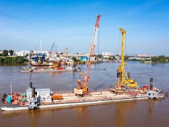 Строители нового благовещенского моста через Зею возводят опоры с барж