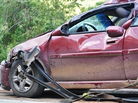 Водитель Lexus протаранил столб и дорожные знаки в Барнауле
