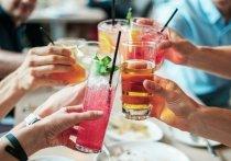 Диетологи из США назвали пять видов напитков, которые оказывают негативное влияние на фигуру и препятствуют снижению веса, пишет Eat This, Not That!