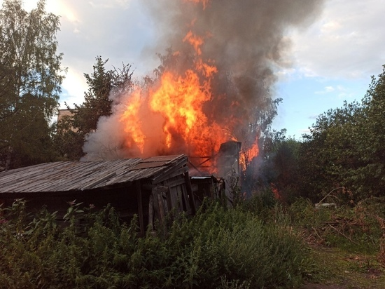 СРОЧНО: в Петрозаводске на улице Перттунена горит сарай