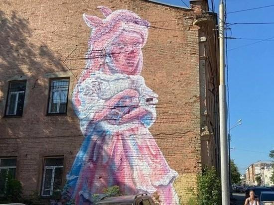 Девушка-свинка продолжит украшать фасад здания в Томске