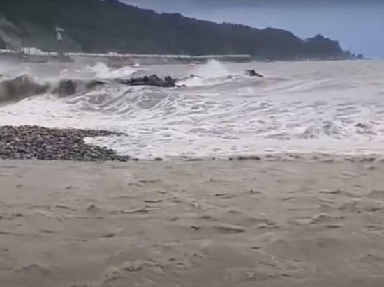Пляжи в Сочи остаются закрытыми после шторма