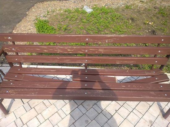 В сквере Абакана сломались почти новые скамейки: чинить их не собираются