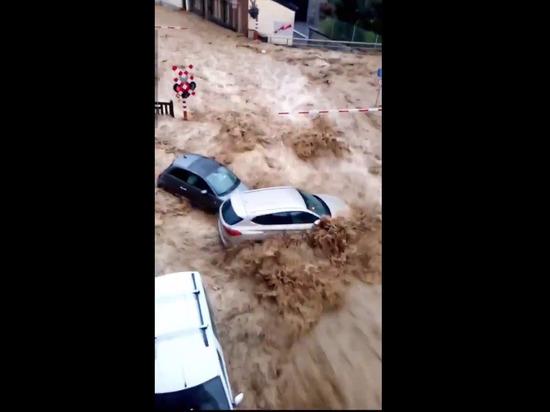На юге Бельгии из-за сильных ливней началось новое наводнение, подтопленными оказались несколько населенных пунктов, в том числе столицы региона Валлония – город Намюр