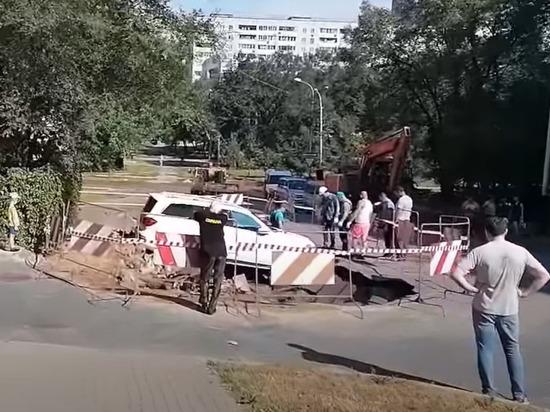 В Хабаровске из-за повреждения водопровода обрушился участок дороги