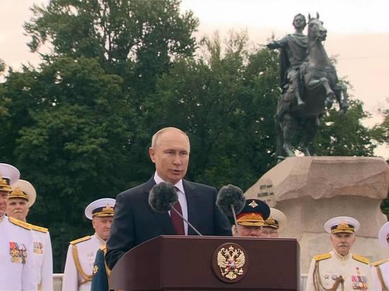 Президент России Владимир Путин вместе с министром обороны Сергеем Шойгу поприветствовали с борта катера строй кораблей ВМФ вКронштадте