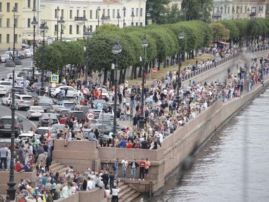 Петербуржцы заполонили набережные, чтобы посмотреть Главный военно-морской парад