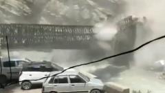 В Индии сошедший с горы камнепад снес мост через реку