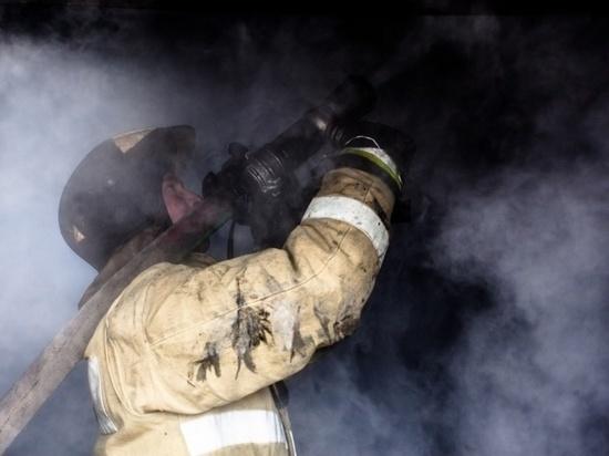 Томские пожарные эвакуировали ночью из горящей пятиэтажки 16 человек