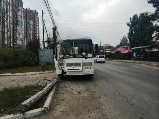 В Томске автобус с пассажирами врезался в столб
