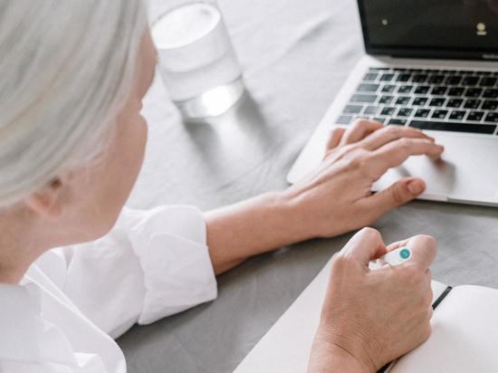 При изоляции из-за пандемии COVID-19 для людей старше 60 лет виртуальный контакт хуже, чем отсутствие контакта вообще, говорится в новом исследовании