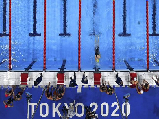 Австралийская пловчиха выиграла золото, опередив своего кумира