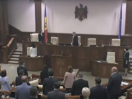 Почему президент Майя Санду отвернулась от флага Молдовы
