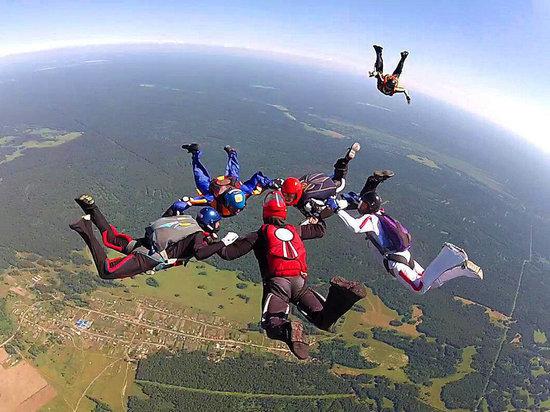 С неба падал на кладбище: руководитель барнаульского аэроклуба рассказал об особенностях парашютного спорта