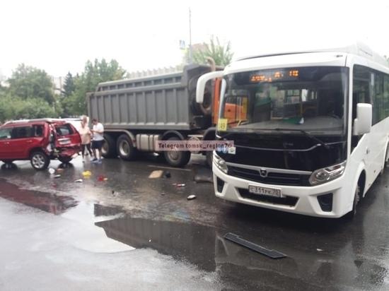 В центре Томска из-за ДТП с автобусом, КамАЗом и двумя иномарками затруднено движение