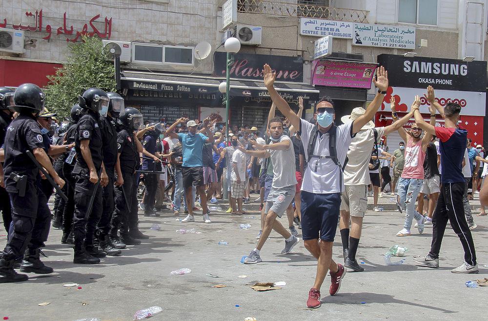 Тунис охватили протесты: кадры демонстрации, превратившей в погромы