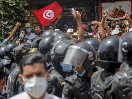 В Тунисе, который 10 лет назад стал «колыбелью» так называемой «арабской весны», фактически перекроившей всю ситуацию на Ближнем Востоке и в Северной Африке, — вновь неспокойно