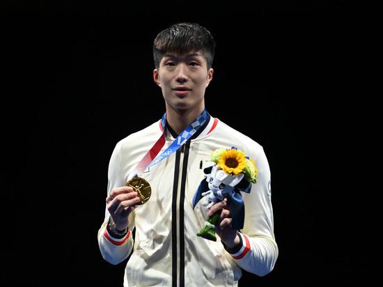 Первую олимпийскую медаль Гонконгу принёс рапирист Ка Лонг