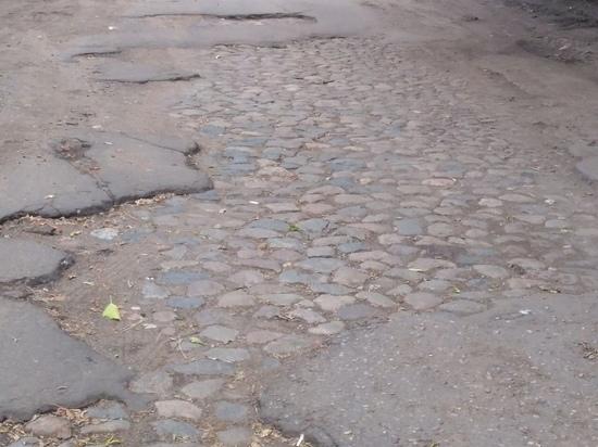 Житель Твери нашел в дорожных ямах каменную мостовую